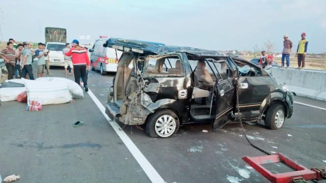 Mobil Terguling di Tol Brebes karena Pecah Ban, Penumpang Selamat (216756)