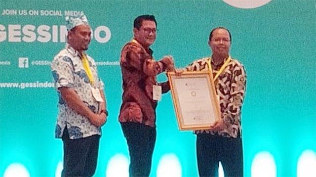joune ganda menerima penghargaan API dari IGI.png