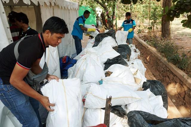 Foto: Ramai-Ramai Memungut Sampah di Hutan Kota Bekasi (54516)