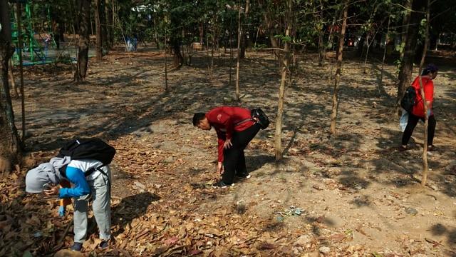 Foto: Ramai-Ramai Memungut Sampah di Hutan Kota Bekasi (54507)