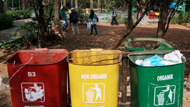 Foto: Ramai-Ramai Memungut Sampah di Hutan Kota Bekasi (54509)