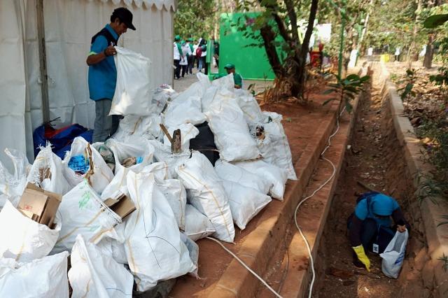 Foto: Ramai-Ramai Memungut Sampah di Hutan Kota Bekasi (54514)