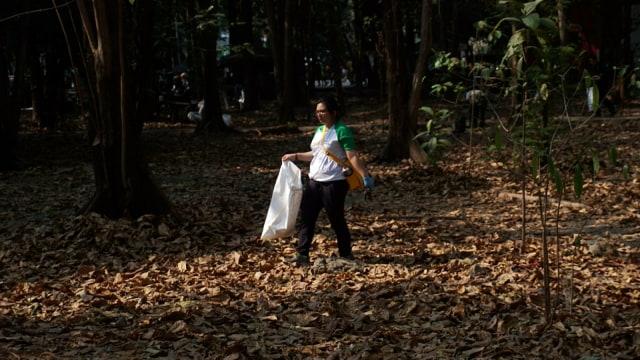 Foto: Ramai-Ramai Memungut Sampah di Hutan Kota Bekasi (54511)