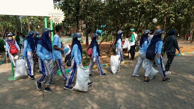 Foto: Ramai-Ramai Memungut Sampah di Hutan Kota Bekasi (54512)