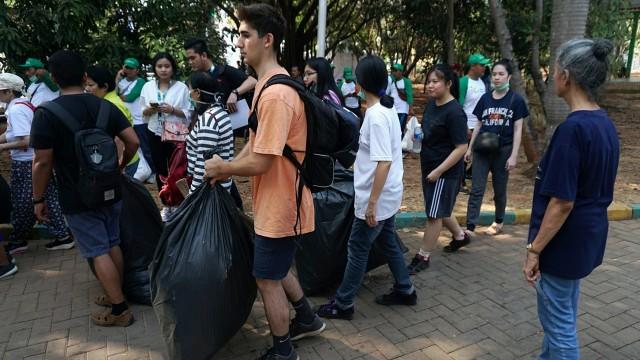 Foto: Ramai-Ramai Memungut Sampah di Hutan Kota Bekasi (54510)