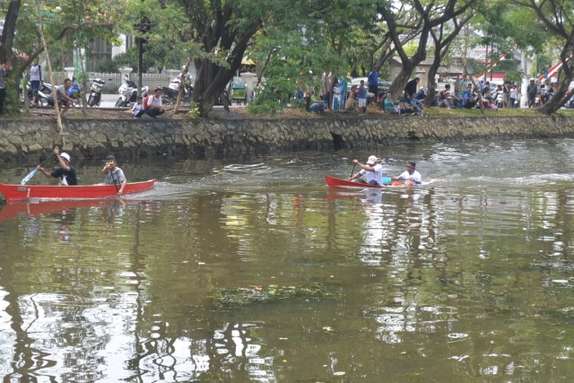Keseruan Lomba Dayung Sampan Tradisi Banjarmasin (1220671)