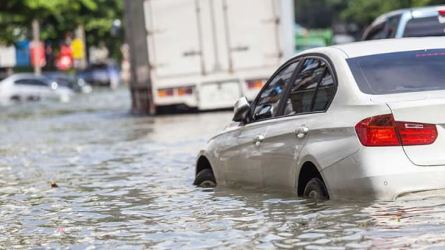 Bukti Mobil Listrik Aman Terabas Banjir (135152)