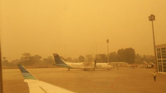 Langit Merah di Bandara Sultan Thaha di Jambi sore ini
