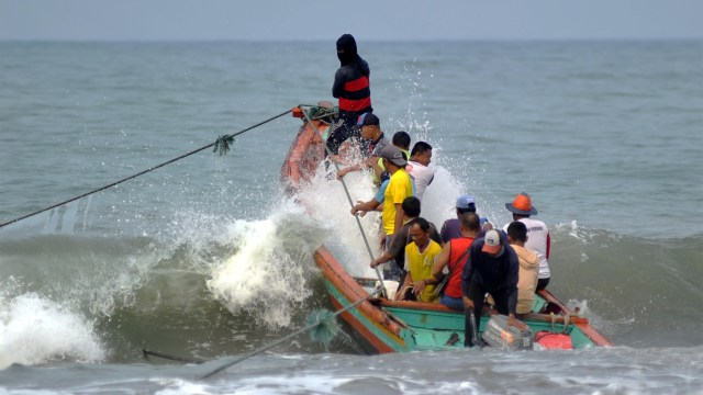 BMKG Minta Masyarakat Sekitar Pantai Waspada Gelombang Tinggi Sepekan ke Depan (142812)