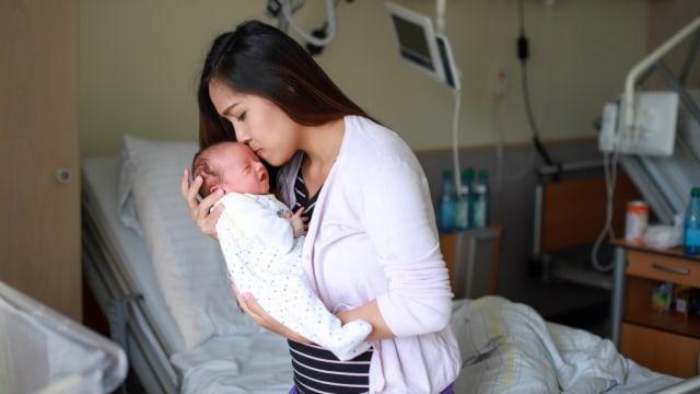 ibu dan bayi baru lahir di rumah sakit