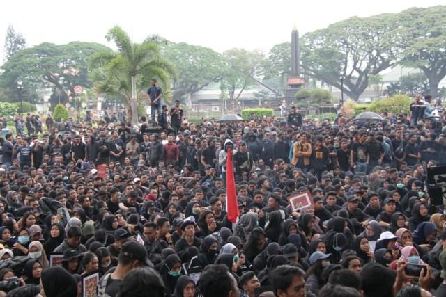 Foto Ribuan Mahasiswa Tuntut Pemerintah Kota Malang Menghitam Kumparan Com