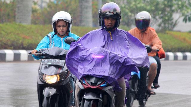 Pemotor, Jangan Paksakan Diri untuk Berkendara dalam Kondisi Hujan  (252068)