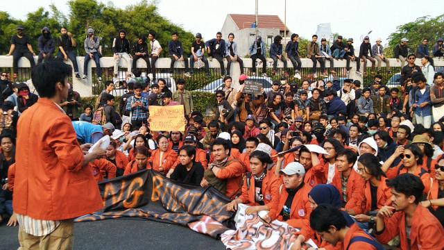 Mahasiswa IKJ saat ikut aksi di depan DPR RI, Jakarta Pusat