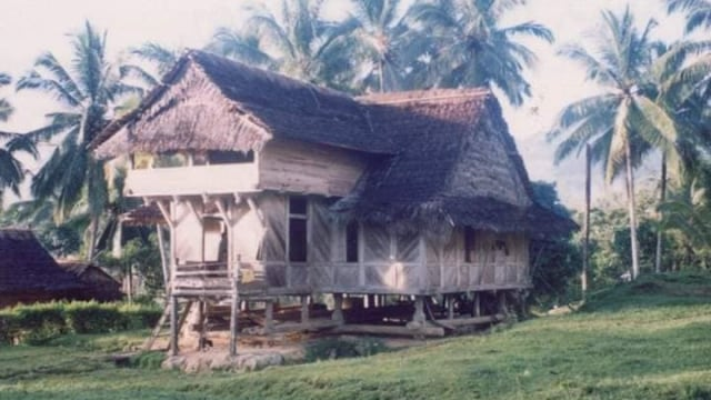 Rumah adat Kalumpang.jpg