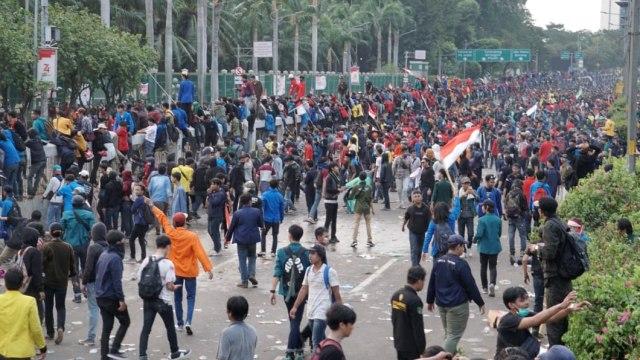 LIPSUS, UU KEBUT SEBULAN,  mahasiswa dipukul mundur oleh polis, demo di depan Gedung DPR