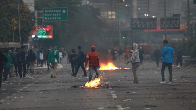 Duka Jurnalis Liputan Demo, Dilarang Merekam dan Alami Kekerasan (9517)