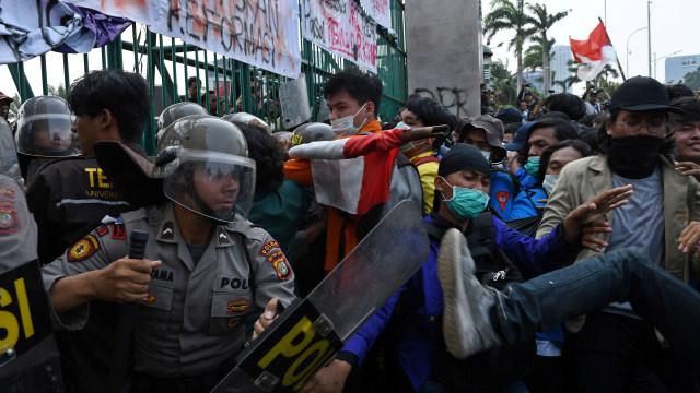 LIPSUS Aksi Ganas Polisi, Demo mahasiswa di depan gedung DPR