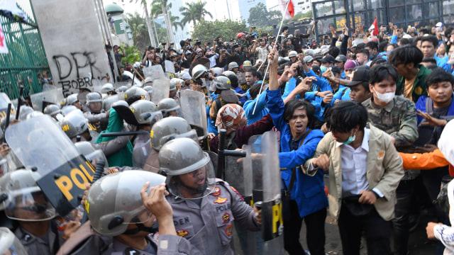 LIPSUS, UU KEBUT SEBULAN, Demo mahasiswa di depan gedung DPR