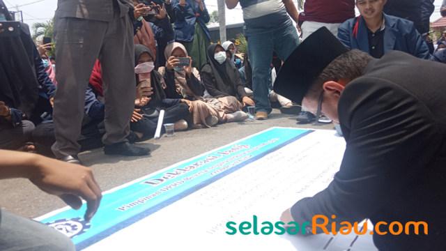Mahasiswa Nyaris Bentrok dengan Polisi di Depan Gedung DPRD Bengkalis (152496)