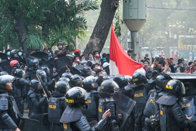 Fakta Hukum Soal Luthfi Pendemo Pemegang Bendera yang Ditangkap Polisi (1121683)