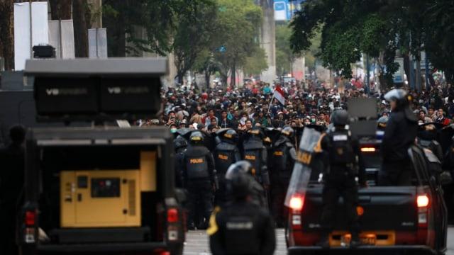 LIPSUS Aksi Ganas Polisi, polisi menghadang massa