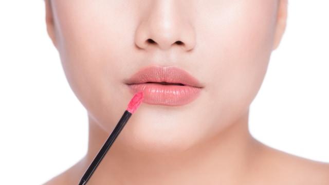 5 Cara Jitu Agar Lipstik Tidak Menempel di Gigi (65480)