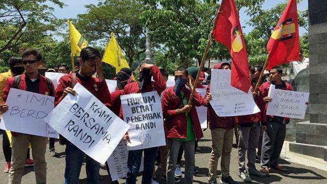 kader IMM dan IPM Jateng, aksi solidaritas di Mapolda Jateng menuntut pengusutan tewasnya Randi dan Yusuf Qordawi yang tertembak saat demonstrasi