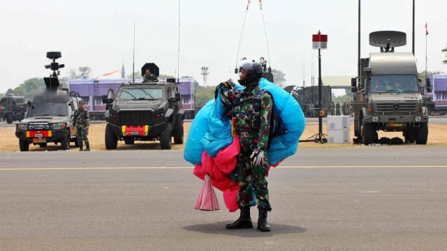 Sejumlah TNI dan Polri melakukan aksi terjun payung menjelang HUT TNI ke-74 yang dilaksanakan 5 Oktober 2019 di Lanud Halim Perdanakusuma, Jakarta.