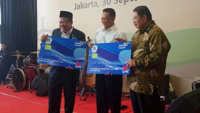 Pemberian dana pensiun secara simbolis untuk anggota DPR yang tak lagi menjabat kepada Pimpinan DPR oleh PT Taspen di Nusantara III, Gedung DPR