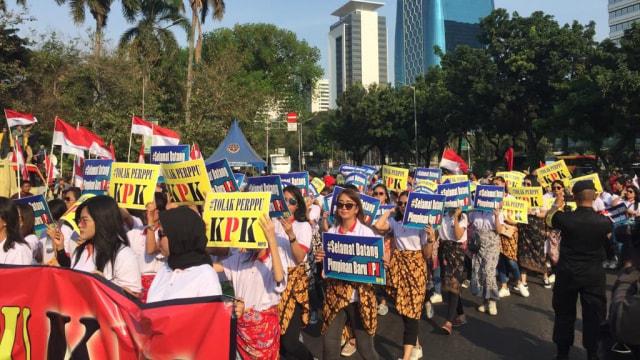Massa Berseberangan di Patung Kuda, Dukung dan Tolak Perppu KPK (164)