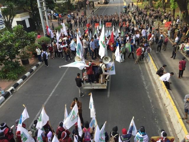 Massa Berseberangan di Patung Kuda, Dukung dan Tolak Perppu KPK (162)