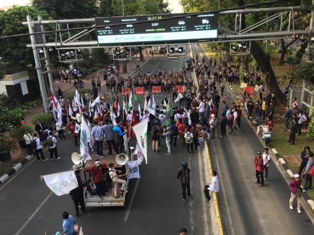 HMI dan KAMMI mulai berorasi di depan Blokade Polisi