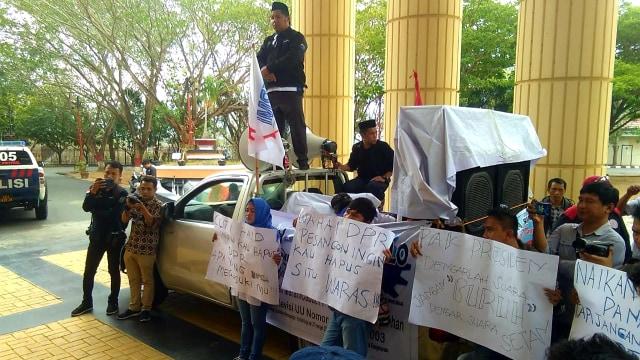 Massa Buruh Demo di Gorontalo Tolak Revisi UU Ketenagakerjaan (16551)