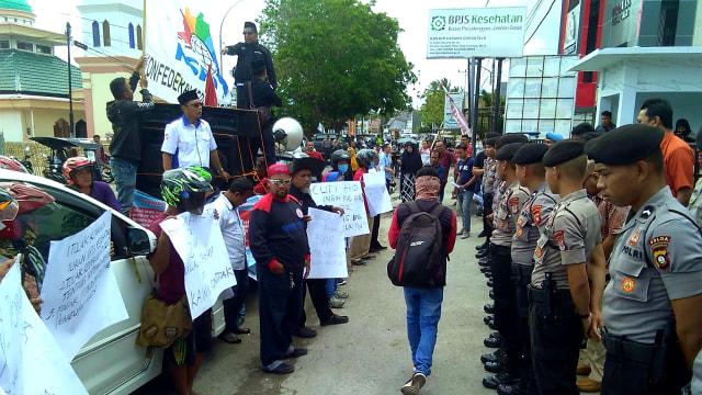 Massa Buruh Demo di Gorontalo Tolak Revisi UU Ketenagakerjaan (16550)