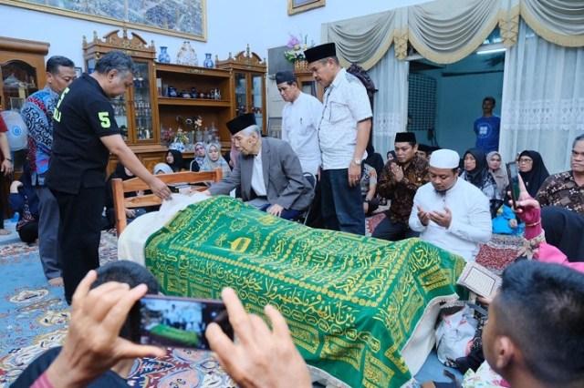 Mantan Gubernur Sulsel HZB Palaguna Dimakamkan di Bone (1250540)