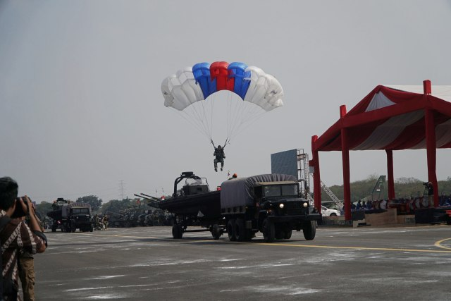 Gladi HUT 74 TNI, Lanud Halim Perdanakusuma, Aksi terjun payung prajurit TNI