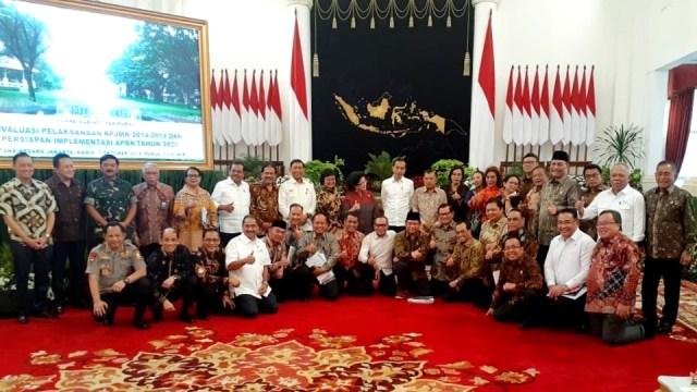 Jokowi dan JK foto bersama para menteri di sidang kabinet terakhir