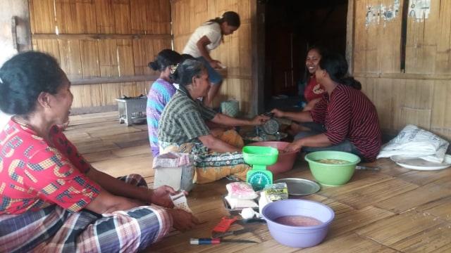 Kaum Ibu di Ululoga, Nagekeo Olah Buah Pala Jadi Aneka Manisan  (34925)