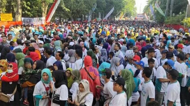Ribuan Peserta Hadiri Puncak Acara Peringatan HUT TNI di Bojonegoro (46038)