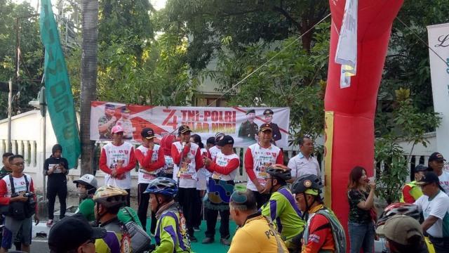 Ribuan Peserta Hadiri Puncak Acara Peringatan HUT TNI di Bojonegoro (46039)