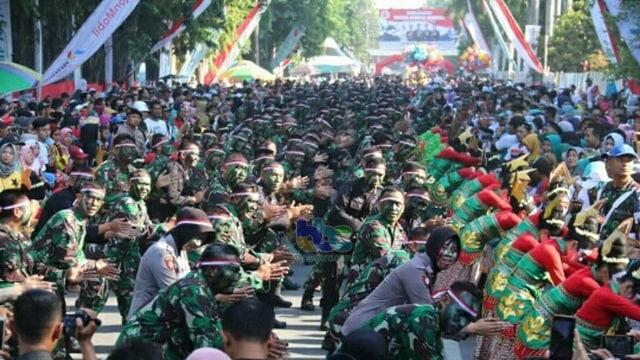 Tari Thengul Kolosal Meriahkan Peringatan HUT TNI di Bojonegoro (28102)