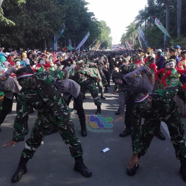 Tari Thengul Kolosal Meriahkan Peringatan HUT TNI di Bojonegoro (28103)