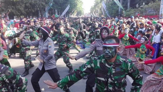 Tari Thengul Kolosal Meriahkan Peringatan HUT TNI di Bojonegoro (28104)