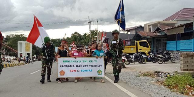 Meriahkan HUT TNI ke-74, Satgas 643 Gelar Karnaval Kirab Perjuangan (219446)