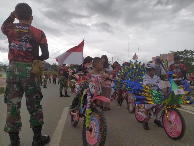 Meriahkan HUT TNI ke-74, Satgas 643 Gelar Karnaval Kirab Perjuangan (219447)