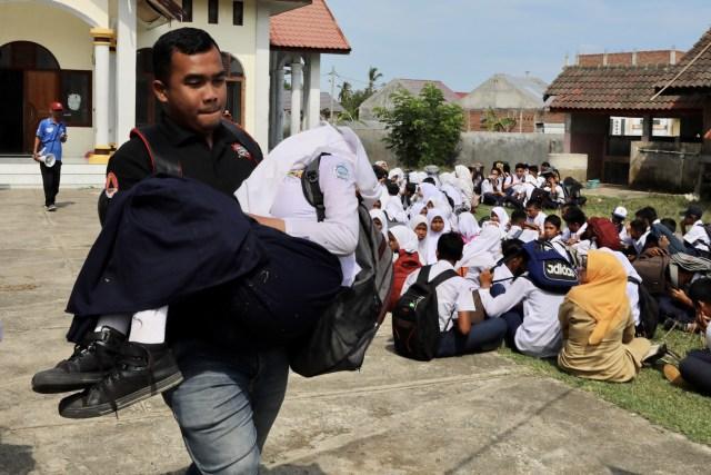 Foto: Siswa di Daerah Bekas Tsunami Aceh, Belajar Siaga Bencana (2659)