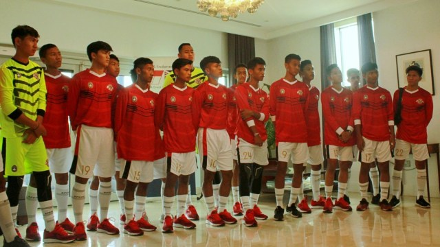 (COVER) Para pemain yang terpilih mengikuti program Garuda Select, acara pelepasan Garuda Select