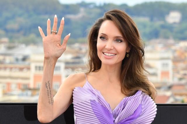 5 Rahasia Kecantikan Angelina Jolie: Perawatan Kulit Sejak Usia 11 Tahun (50471)