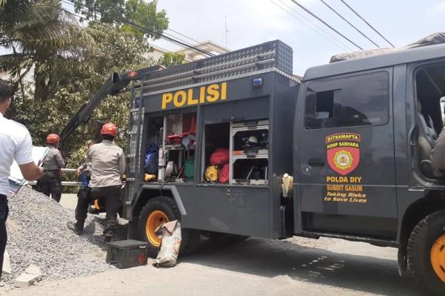 Petugas mengevakuasi korban tertimbun talud yang ambrol di samping RSUD Sleman, DI Yogyakarta