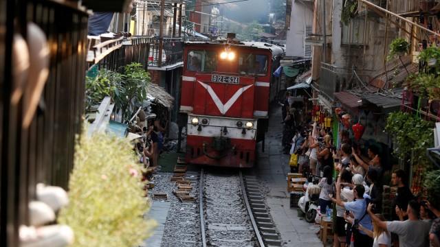 Wisatawan Tolak Penutupan Rel Kereta Instagramable di Hanoi, Vietnam (97939)